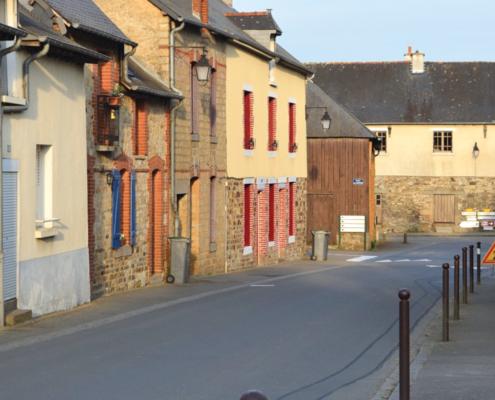 Photo de la rue de la Grange, dans le centre-bourg de Saint-Sulpice-la-Forêt.