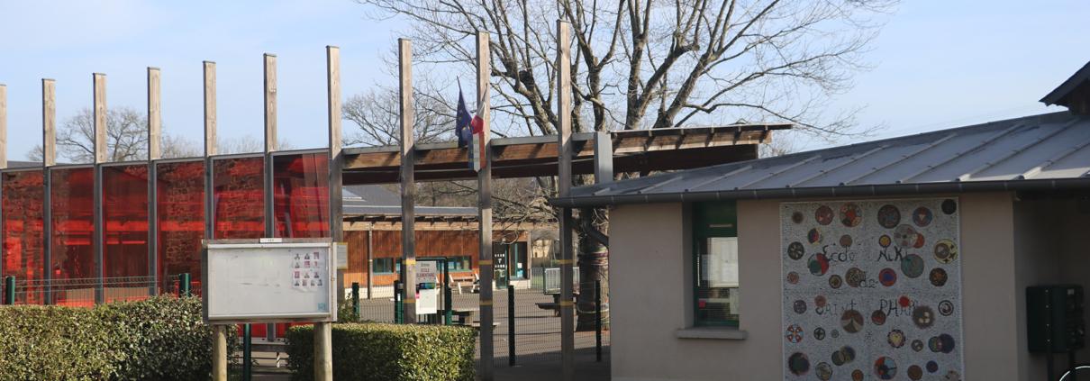Entrée de l'école publique Niki de Saint-Phalle de Saint-Sulpice-la-Forêt.