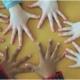 """Photo de présentation de l'association """"Des Arbres et des Papiers"""" représentant des mains liées."""