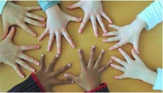 """Image de présentation de l'association """"Des Arbres et des Papiers"""" représentant des mains liées"""