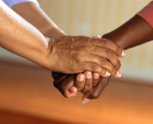Image montrant des mains jointes dans une idée de solidarité