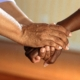 Photo montrant des mains jointes dans une idée de solidarité