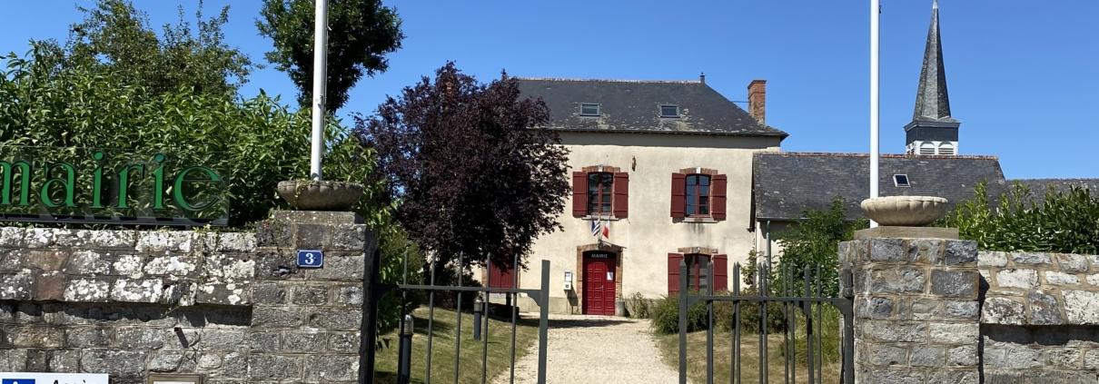 La Mairie de Saint-Sulpice-la-Forêt vue de la rue de l'Abbaye.