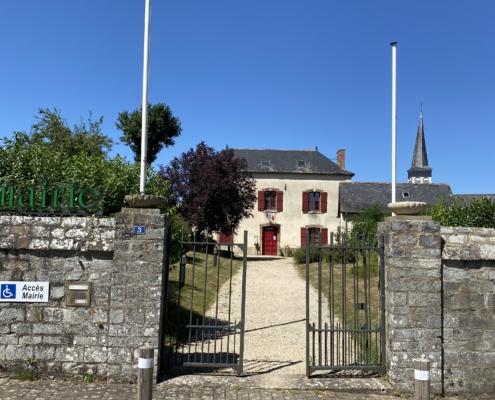 La Mairie vue du bout de l'allée.