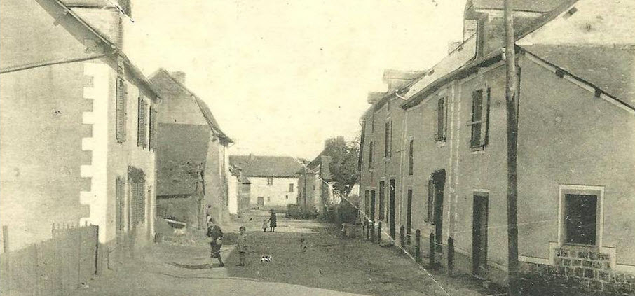 Photographie ancienne de la rue de la Grange à Saint-Sulpice-la-Forêt.