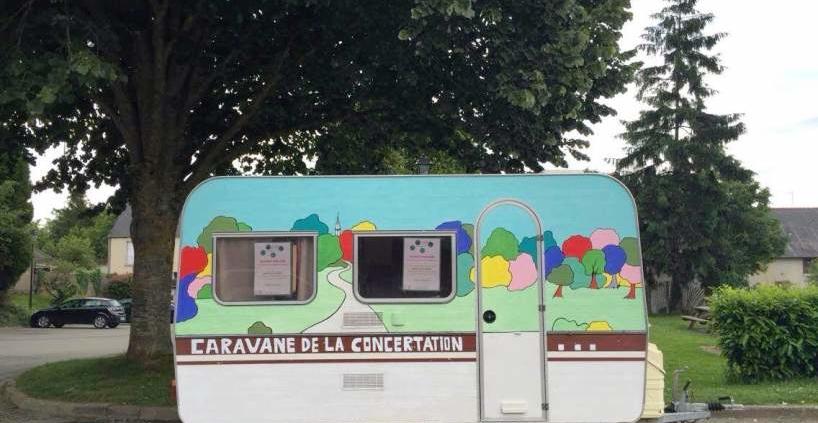 Caravane de la concertation sur le parking de la salle polyvalente.
